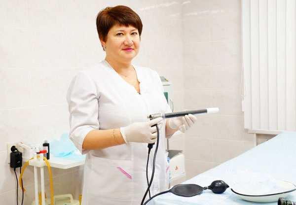 Проктолог с аппаратом в руке